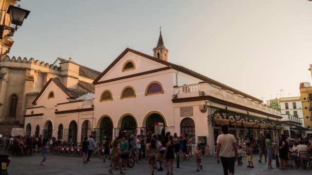 mercado calle feria en sevilla timelapse con gente - trade show stock videos & royalty-free footage