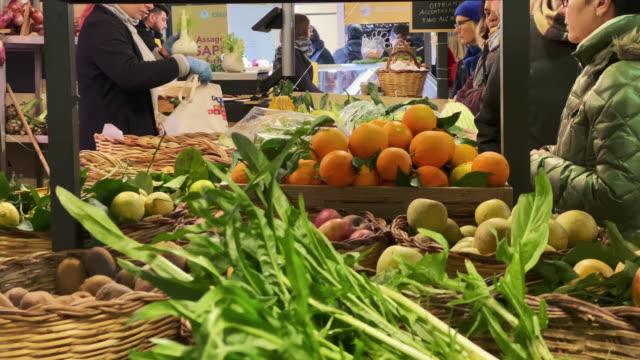 mercato campagna amica al circo massimo farmers market in rome - local produce stock videos & royalty-free footage