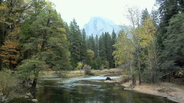 ws tu merced river with half dome in background, yosemite national park, california, usa - merced fluss stock-videos und b-roll-filmmaterial