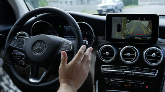 mercedes benz park assist - parken stock-videos und b-roll-filmmaterial