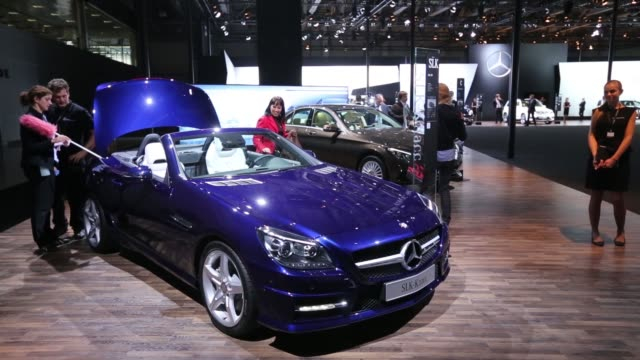 vídeos de stock, filmes e b-roll de mercedes e class automobile manufactured by mercedes benz ag, sits on display at the moscow international auto salon in moscow, russia, on wednesday,... - smart
