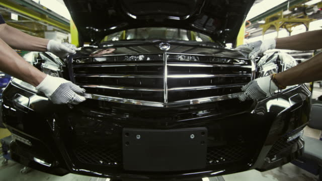 vidéos et rushes de ms mercedes grill with emblem being fitted to car on production line / samut prakan, bang muang mai, thailand - usine automobile