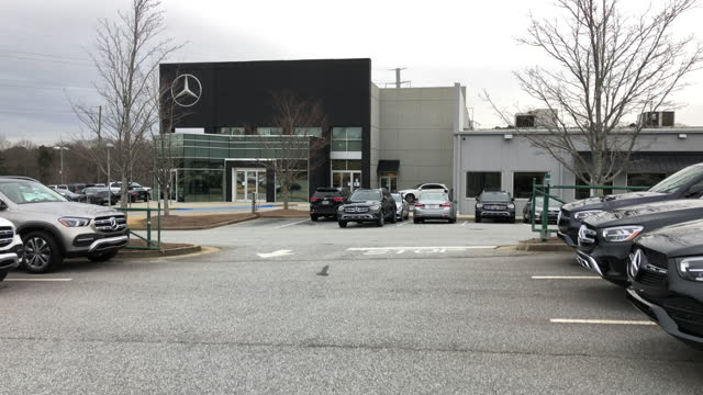 mercedes-benz dealership opens for business in atlanta, georgia, usa amid the 2020 global coronavirus pandemic. - mercedes benz markenname stock-videos und b-roll-filmmaterial