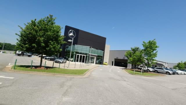 mercedes-benz dealership parking lot in atlanta, georgia, usa amid the 2020 global coronavirus pandemic - mercedes benz markenname stock-videos und b-roll-filmmaterial
