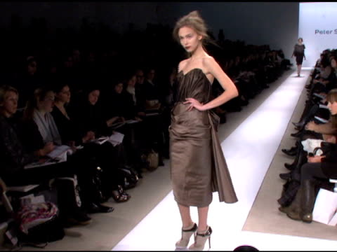 mercedesbenz fashion week fall 2008 peter som runway new york ny 2/4/08 in hollywood california on february 5 2008 - peter som marchio di design video stock e b–roll