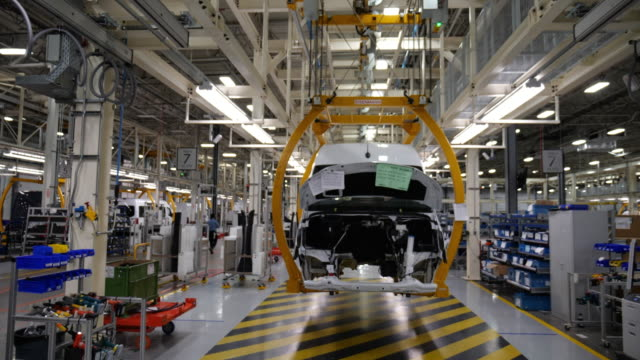 mercedes-benz vans, llc invested 500 million u.s. dollars in the construction of a new sprinter production plant in ladson, south carolina in... - ベンツ点の映像素材/bロール