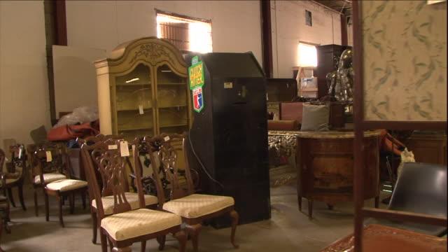 vídeos de stock, filmes e b-roll de merchandise fills an antiques shop. - antiquário loja