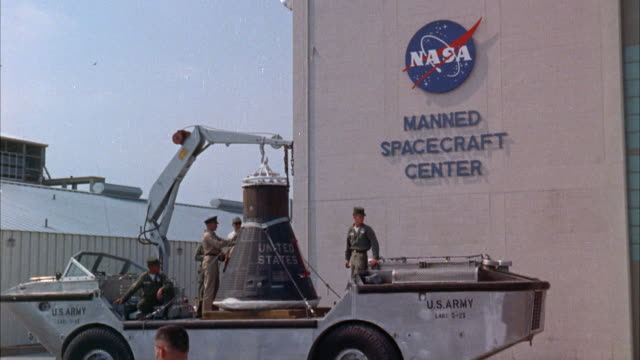 ms mercury space capsule arriving at space center - weltraum mission stock-videos und b-roll-filmmaterial