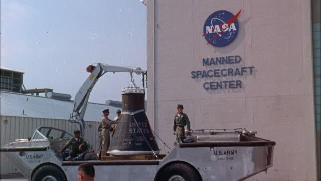 vídeos de stock, filmes e b-roll de ms mercury space capsule arriving at space center - missão espacial