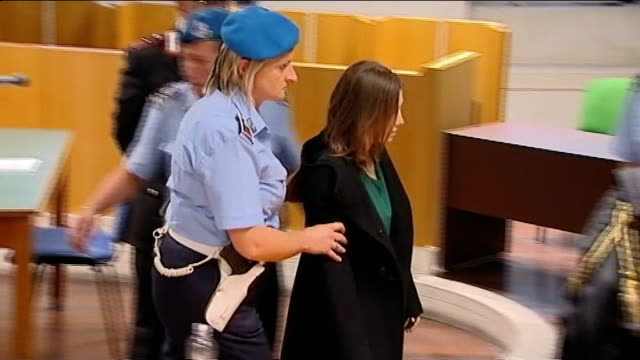 amanda knox and raffaele sollecito appeal trial verdict italy perugia photography*** amanda knox arriving in court flanked by armed police and takes... - ペルージャ市点の映像素材/bロール