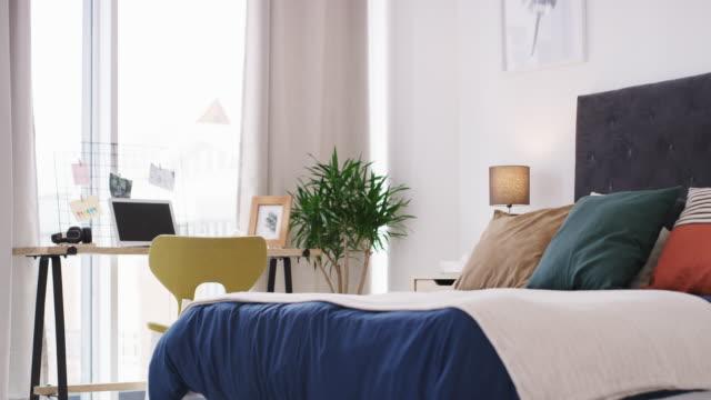 vídeos y material grabado en eventos de stock de combinar el trabajo y el ocio en un solo espacio - dormitorio habitación