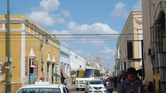 vídeos y material grabado en eventos de stock de merida mexico establishing shot. street road, colonial style houses and city council building at the background - mérida méxico