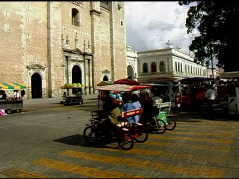 vídeos y material grabado en eventos de stock de merida yucatan, méxico iglesia y plaza - mérida méxico