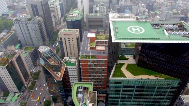 meritz tower and traffic at teheranro road / gangnam-gu, seoul, south korea - hubschrauber landeplatz stock-videos und b-roll-filmmaterial