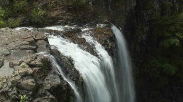 t/l cu ha merry waterfall, leigh, new zealand - new zealand stock-videos und b-roll-filmmaterial