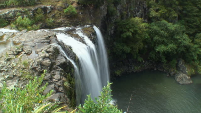 t/l ws ha merry waterfall, leigh, new zealand - new zealand stock-videos und b-roll-filmmaterial