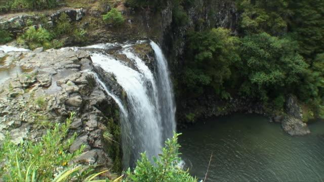 ws ha merry waterfall, leigh, new zealand - new zealand stock-videos und b-roll-filmmaterial