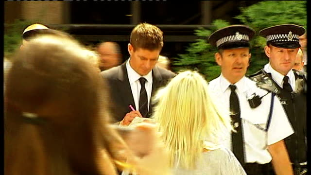 vídeos y material grabado en eventos de stock de liverpool: liverpool crown court: ext steven gerrard surrounded by fans and autograph hunters as departing court crowds of gerrard supporters outside... - autografiar