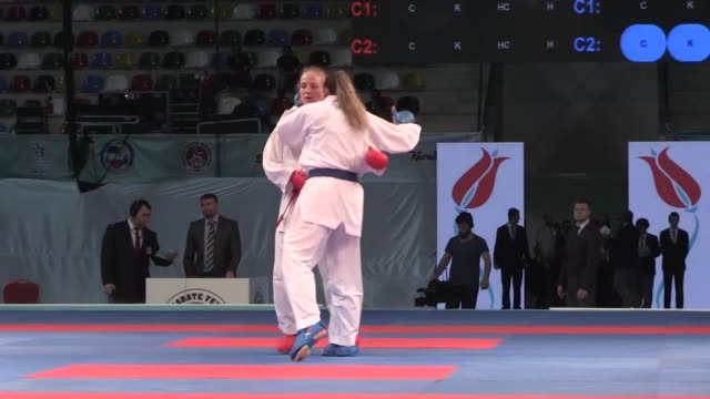 vidéos et rushes de merve coban of turkey competes against nailya gataullina during women's kumite 61 kg match within the 52nd european karate championships 2017 at... - karaté