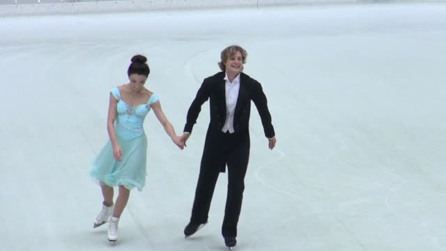 vídeos de stock, filmes e b-roll de meryl davis and charlie white at the ice rink in rockefeller center in new york ny on 10/26/12 - pista de patinação no gelo