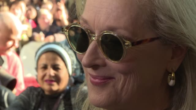 stockvideo's en b-roll-footage met meryl streep antonio banderas and gary oldman walk the red carpet for the world premiere of the the laundromat a satire about the paradise papers... - satire