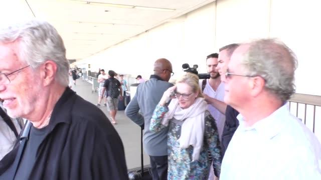 vídeos de stock, filmes e b-roll de meryl streep arriving at lax airport in celebrity sightings in los angeles - meryl streep