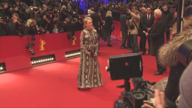 stockvideo's en b-roll-footage met meryl streep at 'hail caesar' opening ceremony red carpet 66th berlin international film festival at berlinale palast on february 11 2016 in berlin... - internationaal filmfestival van berlijn 2016