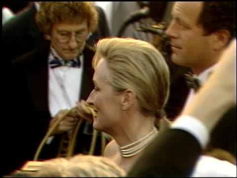 vídeos de stock, filmes e b-roll de meryl streep at the 1989 academy awards at the shrine auditorium in los angeles california on march 29 1989 - meryl streep