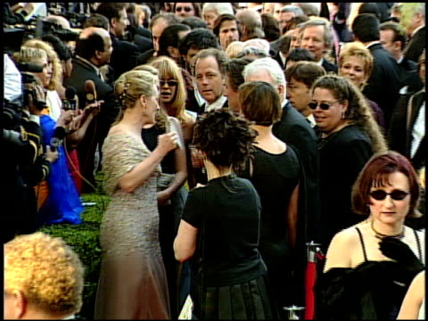 vídeos de stock, filmes e b-roll de meryl streep at the 1999 academy awards at the shrine auditorium in los angeles california on march 21 1999 - meryl streep