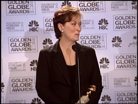 meryl streep at the 2004 golden globe awards at the beverly hilton in beverly hills, california on january 25, 2004. - メリル・ストリープ点の映像素材/bロール