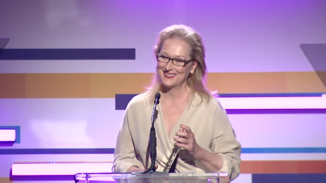 meryl streep at the 2012 women in film crystal + lucy awards speech: meryl streep at the 2012 women in film cry at the beverly hilton hotel on june... - メリル・ストリープ点の映像素材/bロール