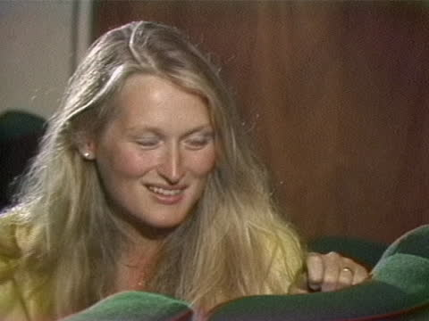 meryl streep talks about her the different experiences of working with different actors during a 1979 interview with gene shalit. - メリル・ストリープ点の映像素材/bロール