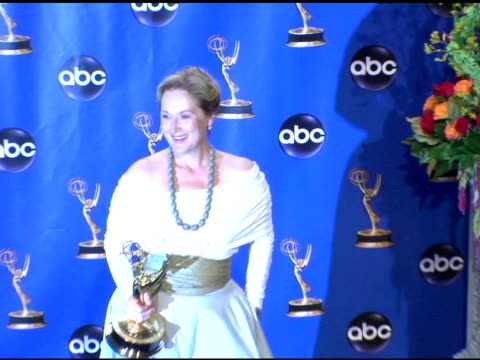 vídeos y material grabado en eventos de stock de meryl streep, winner of outstanding lead actress in a miniseries or a movie, 'angels in america' at the 2004 primetime emmy awards press room at the... - premio emmy anual primetime