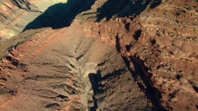 vídeos de stock, filmes e b-roll de mesa walls cast shadows across the grand canyon. - mesa formação rochosa