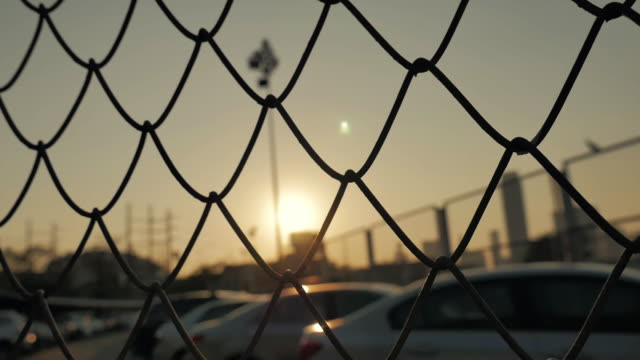 vídeos de stock e filmes b-roll de mesh fence and sun sky,slow motion - divisa