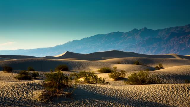 vidéos et rushes de mesquite dunes de la vallée de la mort - dépression terrestre