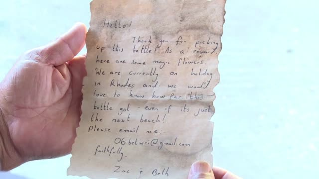a message in a bottle cast into the sea by a holidaying british couple on the island of rhodes has washed up on the blockaded gaza strip the... - messaggio video stock e b–roll
