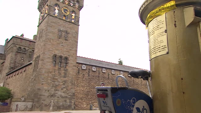 a message of congratulations to geraint thomas for winning the 2018 tour de france attached to his gold post box in cardiff - 2012年ロンドン夏季オリンピック点の映像素材/bロール