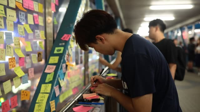 messages against the hong kong extradition bill are written on postit notes to form one of several 'lennon walls' in the city on july 12 2019 in hong... - regierung stock-videos und b-roll-filmmaterial
