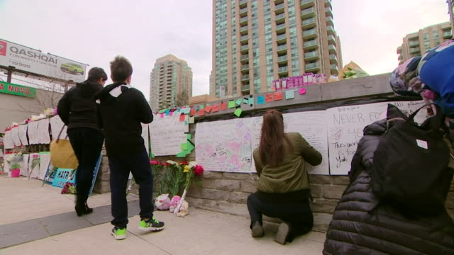 stockvideo's en b-roll-footage met messages of condolence left near the scene of the toronto van attack - agressie