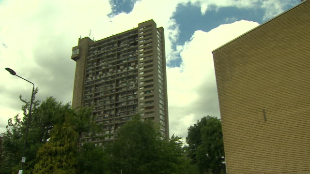 vídeos de stock, filmes e b-roll de messages of support for the victims of the grenfell tower fire from residents of the nearby trellick tower - armação de janela