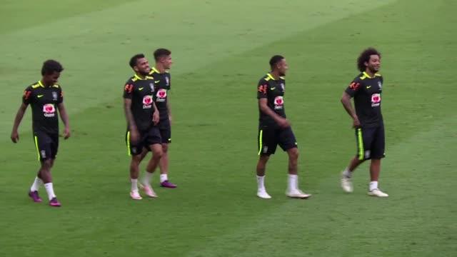 messi y neymar companeros en el barcelona se enfrentaran en el clasico de mayor rivalidad del futbol sudamericano cuando la seleccion de brasil se... - neymar da silva stock-videos und b-roll-filmmaterial