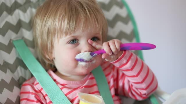 乱雑な赤ちゃんの女の子 - 不完全な美しさ点の映像素材/bロール