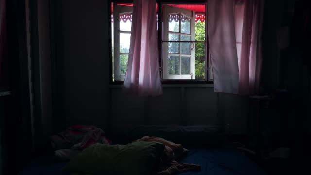 vidéos et rushes de chambre en désordre. - messy room
