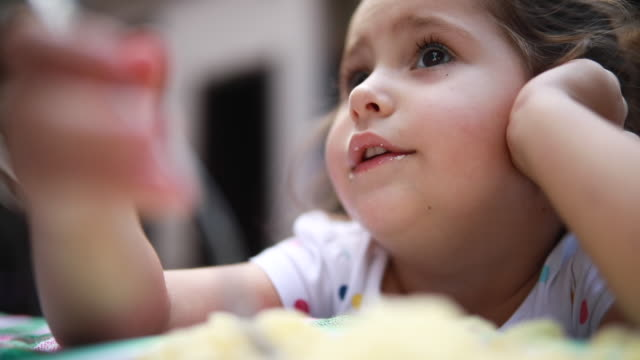 messy child eating dinner at home - spaghetti alla bolognese video stock e b–roll