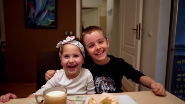 vidéos et rushes de enfants désordonnés mangeant le petit déjeuner - frère