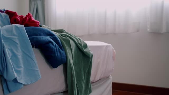 vídeos y material grabado en eventos de stock de tela desordenada en cama desordenada. un tiro ancho. - messy
