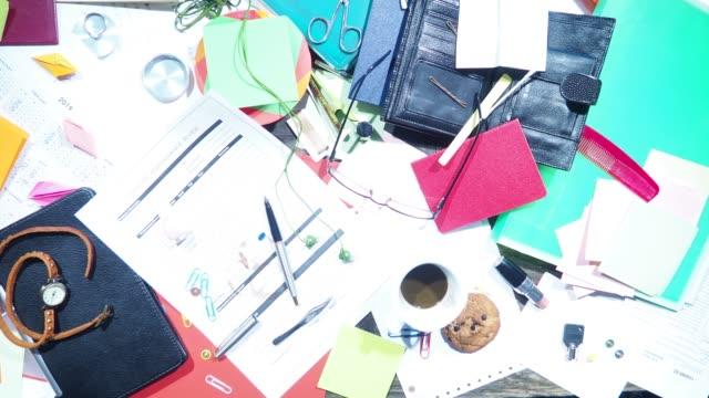 vídeos de stock e filmes b-roll de messy desk - vitamina a