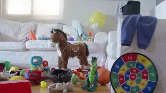 vídeos de stock, filmes e b-roll de messy living room after a kid's party - brinquedo