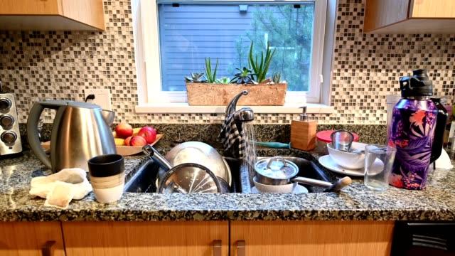 vidéos et rushes de cuisine résidentielle désordonnée - lavabo et évier